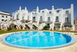 Вид на виллу/дом снаружи. Испания, Нерха : Просторный дом для отдыха в Нерхе недалеко от пляжа Playa Carabeo с общим бассейном и зеленым садом, 3 спальни, ванная комната с душем, терраса и балкон, бесплатный Wi-Fi.