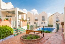Вид на виллу/дом снаружи. Испания, Нерха : Двухэтажный дом для отдыха с террасой и общим бассейном в центре Нерхи, в районе Парадор, в нескольких минутах от пляжа Бурриана, 2 спальни, 1 ванная комната, бесплатный Wi-Fi.