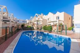 Бассейн. Испания, Нерха : Двухэтажный дом для отдыха с террасой и общим бассейном в центре Нерхи, в районе Парадор, в нескольких минутах от пляжа Бурриана, 2 спальни, 1 ванная комната, бесплатный Wi-Fi.