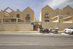 Вход. Испания, Нерха : Двухэтажный дом для отдыха с террасой и общим бассейном в центре Нерхи, в районе Парадор, в нескольких минутах от пляжа Бурриана, 2 спальни, 1 ванная комната, бесплатный Wi-Fi.