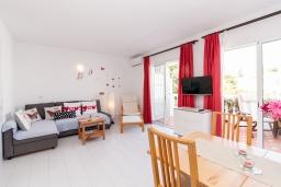 Гостиная / Столовая. Испания, Нерха : Современная двухкомнатная квартира с бассейном и террасой в районе Парадор в городе Нерха  в 300 м от пляжа Бурриана, 1 спальня, 1 ванная комната, Wi-Fi.