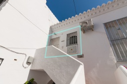 Вход. Испания, Нерха : Современная двухкомнатная квартира с бассейном и террасой в районе Парадор в городе Нерха  в 300 м от пляжа Бурриана, 1 спальня, 1 ванная комната, Wi-Fi.