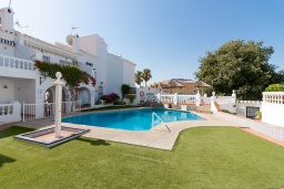 Вид на виллу/дом снаружи. Испания, Нерха : Современная двухкомнатная квартира с бассейном и террасой в районе Парадор в городе Нерха  в 300 м от пляжа Бурриана, 1 спальня, 1 ванная комната, Wi-Fi.