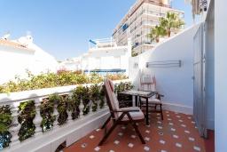 Балкон. Испания, Нерха : Современная двухкомнатная квартира с бассейном и террасой в районе Парадор в городе Нерха  в 300 м от пляжа Бурриана, 1 спальня, 1 ванная комната, Wi-Fi.