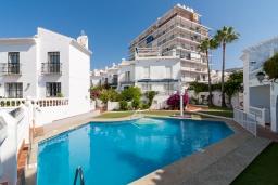 Бассейн. Испания, Нерха : Современная двухкомнатная квартира с бассейном и террасой в районе Парадор в городе Нерха  в 300 м от пляжа Бурриана, 1 спальня, 1 ванная комната, Wi-Fi.