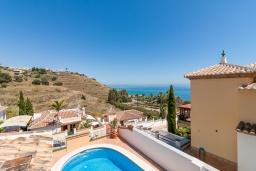 Вид на виллу/дом снаружи. Испания, Торрокс : Фантастическая вилла с частным бассейном, террасами, открытой парковкой  к западу от Нерхи, в 5 минутах езды от пляжа, магазинов и ресторанов, 3 спальни, 2 ванные комнаты, бесплатный Wi-Fi.