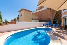 Бассейн. Испания, Торрокс : Фантастическая вилла с частным бассейном, террасами, открытой парковкой  к западу от Нерхи, в 5 минутах езды от пляжа, магазинов и ресторанов, 3 спальни, 2 ванные комнаты, бесплатный Wi-Fi.