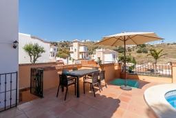 Терраса. Испания, Торрокс : Фантастическая вилла с частным бассейном, террасами, открытой парковкой  к западу от Нерхи, в 5 минутах езды от пляжа, магазинов и ресторанов, 3 спальни, 2 ванные комнаты, бесплатный Wi-Fi.