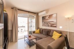 Гостиная / Столовая. Испания, Нерха : Чудесные апартаменты с террасой и общим бассейном в городе Нерха, в 800 м от пляжа Бурриана, 1 спальня, 1 ванная комната, бесплатный Wi-Fi.