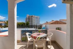 Терраса. Испания, Нерха : Чудесные апартаменты с террасой и общим бассейном в городе Нерха, в 800 м от пляжа Бурриана, 1 спальня, 1 ванная комната, бесплатный Wi-Fi.