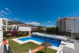 Зона отдыха у бассейна. Испания, Нерха : Чудесные апартаменты с террасой и общим бассейном в городе Нерха, в 800 м от пляжа Бурриана, 1 спальня, 1 ванная комната, бесплатный Wi-Fi.