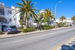 Парковка. Испания, Нерха : Роскошный таунхаус с общим бассейном и террасами в городе Нерха, в 1,2 км от пляжа Бурриана и в 1,5 км от пляжа Калаонда, открытая парковка, 3 спальни, 2 ванные комнаты, Wi-Fi.