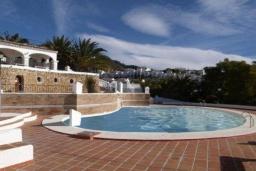 Бассейн. Испания, Нерха : Роскошный таунхаус с общим бассейном и террасами в городе Нерха, в 1,2 км от пляжа Бурриана и в 1,5 км от пляжа Калаонда, открытая парковка, 3 спальни, 2 ванные комнаты, Wi-Fi.