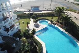 Бассейн. Испания, Нерха : Современные двухкомнатные апартаменты с видом на море и горы площадью 40 кв.м. в непосредственной близости от пляжа TORRECILLA, 1 спальня, 1 ванная комната, Wi-Fi.