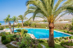 Зона отдыха у бассейна. Испания, Нерха : Современные двухкомнатные апартаменты с видом на море и горы площадью 40 кв.м. в непосредственной близости от пляжа TORRECILLA, 1 спальня, 1 ванная комната, Wi-Fi.