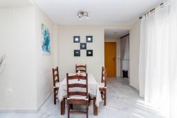 Гостиная / Столовая. Испания, Марбелья : Стильная квартира с подземной парковкой и открытым бассейном в Плайя-дель-Ареналь на восточной стороне Марбельи, в 400 м от роскошных пляжей Эль-Алите и Баия-де-Марбелья и в 8 минутах езды от центра города, 3 спальни, 2 ванные комнаты, бесплатный Wi-Fi.