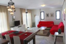 Гостиная / Столовая. Испания, Нерха : Просторные апартаменты с кондиционером, ухоженным садом и открытым бассейном в городе Нерха, в 200 м от пляжа Бурриана и в 400 м от пляжа Калаонда, 3 спальни, 2 ванные комнаты, бесплатный Wi-Fi.