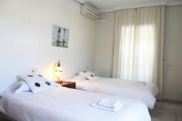 Спальня. Испания, Нерха : Просторные апартаменты с кондиционером, ухоженным садом и открытым бассейном в городе Нерха, в 200 м от пляжа Бурриана и в 400 м от пляжа Калаонда, 3 спальни, 2 ванные комнаты, бесплатный Wi-Fi.