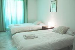 Спальня 2. Испания, Нерха : Просторные апартаменты с кондиционером, ухоженным садом и открытым бассейном в городе Нерха, в 200 м от пляжа Бурриана и в 400 м от пляжа Калаонда, 3 спальни, 2 ванные комнаты, бесплатный Wi-Fi.