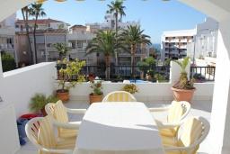 Терраса. Испания, Нерха : Просторные апартаменты с кондиционером, ухоженным садом и открытым бассейном в городе Нерха, в 200 м от пляжа Бурриана и в 400 м от пляжа Калаонда, 3 спальни, 2 ванные комнаты, бесплатный Wi-Fi.