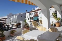 Обеденная зона. Испания, Нерха : Просторные апартаменты с кондиционером, ухоженным садом и открытым бассейном в городе Нерха, в 200 м от пляжа Бурриана и в 400 м от пляжа Калаонда, 3 спальни, 2 ванные комнаты, бесплатный Wi-Fi.