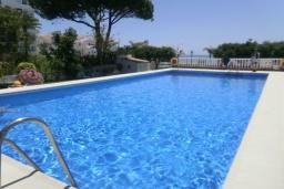 Бассейн. Испания, Нерха : Очаровательные апартаменты с бассейном, террасой и балконом в Нерхе, в 100 м от песчаного пляжа CARABEO, в 30 км от аквапарка AQUATROPIC ALMUNECAR, в 120 км. от горнолыжного курорта Сьерра-Невада, 3 спальни, 2 ванные, открытая парковка, бесплатный Wi-Fi.