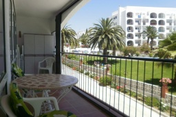 Балкон. Испания, Нерха : Очаровательные апартаменты с бассейном, террасой и балконом в Нерхе, в 100 м от песчаного пляжа CARABEO, в 30 км от аквапарка AQUATROPIC ALMUNECAR, в 120 км. от горнолыжного курорта Сьерра-Невада, 3 спальни, 2 ванные, открытая парковка, бесплатный Wi-Fi.