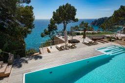 Вид на море. Испания, Тосса-де-Мар : Впечатляющая роскошная вилла расположена прямо на берегу моря и имеет 6 спален, 4 ванные комнаты, парковку, Wi-Fi
