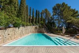Бассейн. Испания, Тосса-де-Мар : Впечатляющая роскошная вилла расположена прямо на берегу моря и имеет 6 спален, 4 ванные комнаты, парковку, Wi-Fi