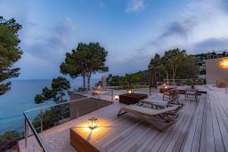 Терраса. Испания, Тосса-де-Мар : Впечатляющая роскошная вилла расположена прямо на берегу моря и имеет 6 спален, 4 ванные комнаты, парковку, Wi-Fi