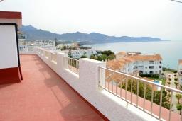 Терраса. Испания, Нерха : Изумительные апартаменты с бассейном и балконом на одной из главных улиц Нерхи Кастилья Перес, всего в 1 минуте ходьбы от одного из самых известных в городе пляжей Торресилья,1 спальня, 1 ванная комната, бесплатный Wi-Fi.