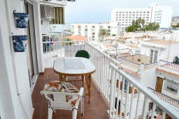 Балкон. Испания, Нерха : Изумительные апартаменты с бассейном и балконом на одной из главных улиц Нерхи Кастилья Перес, всего в 1 минуте ходьбы от одного из самых известных в городе пляжей Торресилья,1 спальня, 1 ванная комната, бесплатный Wi-Fi.