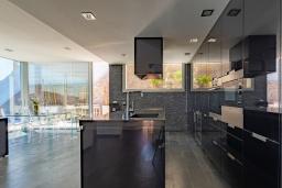 Кухня. Испания, Бланес : Современная роскошная вилла, расположенная в красивом жилом заливе Кала Санта-Кристина, в Бланесе, Коста Брава, 4 спальни, 2 ванные комнаты, Wi-F, джакузи, частный бассейн.