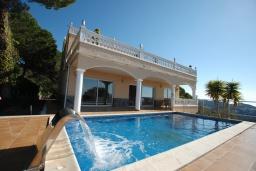Вид на виллу/дом снаружи. Испания, Ллорет-де-Мар : Очаровательная вилла с роскошным видом на море, расположенная в тихой урбанизации, с 3 спальнями, 3 ванными комнатами, частным бассейном, кондиционер и Wi-Fi включен.