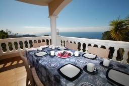 Терраса. Испания, Ллорет-де-Мар : Очаровательная вилла с роскошным видом на море, расположенная в тихой урбанизации, с 3 спальнями, 3 ванными комнатами, частным бассейном, кондиционер и Wi-Fi включен.