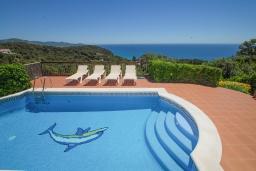 Бассейн. Испания, Бланес : Замечательная вилла со свежим ремонтом, с видом на море, с комфортабельным интерьером, с 4 спальнями, 3 ванными комнатами и частным бассейном, кондиционер и WI-FI включён.