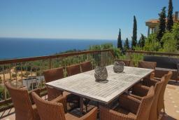 Обеденная зона. Испания, Бланес : Замечательная вилла со свежим ремонтом, с видом на море, с комфортабельным интерьером, с 4 спальнями, 3 ванными комнатами и частным бассейном, кондиционер и WI-FI включён.