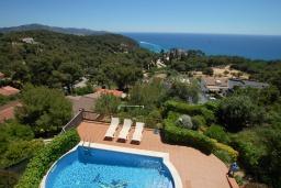 Вид на море. Испания, Бланес : Замечательная вилла со свежим ремонтом, с видом на море, с комфортабельным интерьером, с 4 спальнями, 3 ванными комнатами и частным бассейном, кондиционер и WI-FI включён.