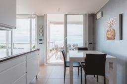 Кухня. Испания, Бланес : Эксклюзивная вилла расположена в красивом престижном месте, оборудована кондиционерами во всех комнатах и лифтом на все 3 этажа, 5 спален, 5 ванных комнат, частный бассейн и кондиционер.