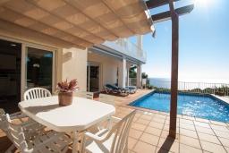 Терраса. Испания, Бланес : Прекрасная вилла с видом на море расположенная в жилом районе Санта-Кристина, включает в себя 3 спальни, 3 ванные комнаты, частный бассейн и барбекю, оборудована кондиционерами и Wi-Fi