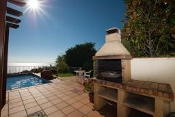 Зона барбекю / Мангал. Испания, Бланес : Прекрасная вилла с видом на море расположенная в жилом районе Санта-Кристина, включает в себя 3 спальни, 3 ванные комнаты, частный бассейн и барбекю, оборудована кондиционерами и Wi-Fi