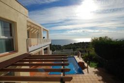 Вид на море. Испания, Бланес : Прекрасная вилла с видом на море расположенная в жилом районе Санта-Кристина, включает в себя 3 спальни, 3 ванные комнаты, частный бассейн и барбекю, оборудована кондиционерами и Wi-Fi