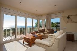 Гостиная / Столовая. Испания, Бланес : Прекрасная вилла с видом на море расположенная в жилом районе Санта-Кристина, включает в себя 3 спальни, 3 ванные комнаты, частный бассейн и барбекю, оборудована кондиционерами и Wi-Fi