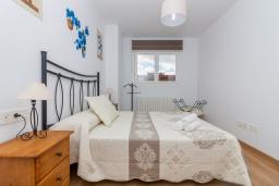 Спальня. Испания, Гранада : Красивая трехкомнатная квартира с кондиционером, балконом и видом на горы в пригороде Гранады - Заидин, 2 спальни, 2 ванные комнаты, крытая парковка, Wi-Fi.