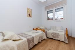 Спальня 2. Испания, Гранада : Красивая трехкомнатная квартира с кондиционером, балконом и видом на горы в пригороде Гранады - Заидин, 2 спальни, 2 ванные комнаты, крытая парковка, Wi-Fi.