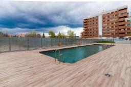 Бассейн. Испания, Гранада : Красивая трехкомнатная квартира с кондиционером, балконом и видом на горы в пригороде Гранады - Заидин, 2 спальни, 2 ванные комнаты, крытая парковка, Wi-Fi.
