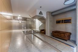 Вход. Испания, Гранада : Красивая трехкомнатная квартира с кондиционером, балконом и видом на горы в пригороде Гранады - Заидин, 2 спальни, 2 ванные комнаты, крытая парковка, Wi-Fi.