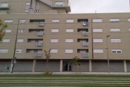 Фасад дома. Испания, Гранада : Красивая трехкомнатная квартира с кондиционером, балконом и видом на горы в пригороде Гранады - Заидин, 2 спальни, 2 ванные комнаты, крытая парковка, Wi-Fi.
