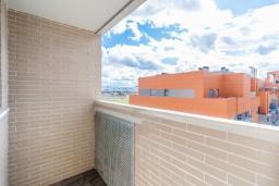 Балкон. Испания, Гранада : Красивая трехкомнатная квартира с кондиционером, балконом и видом на горы в пригороде Гранады - Заидин, 2 спальни, 2 ванные комнаты, крытая парковка, Wi-Fi.
