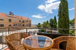 Балкон. Испания, Торремолинос : Шикарные апартаменты с цветущим садом и открытым бассейном в Торремолиносе, в 1 км от пляжа Бахондильо и в 1,9 км от пляжа Плайямар, 2 спальни, 1 ванная, парковка, бесплатный Wi-Fi.